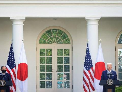 2021年4月16日,美国总统拜登和日本首相菅义伟在白宫玫瑰花园举行联合新闻发布会。