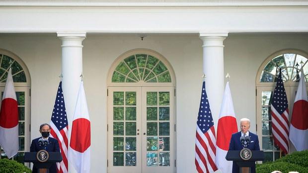 2021年4月16日,美国总统拜登和日本首相菅义伟在白宫玫瑰花园举行联合新闻发布会。(路透社)