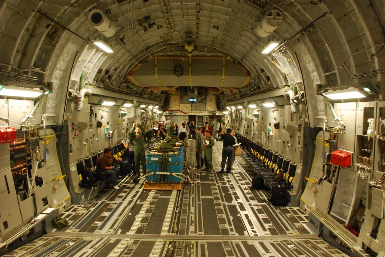 C-17内装可搭载三架阿帕契直升机、或一部坦克车或运送一百名全副武装伞兵。(吴明杰拍摄提供)