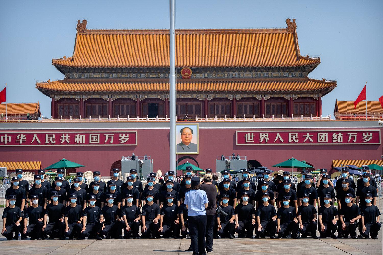 2021 年 6 月 22 日,警察在北京天安门广场合影。(美联社)