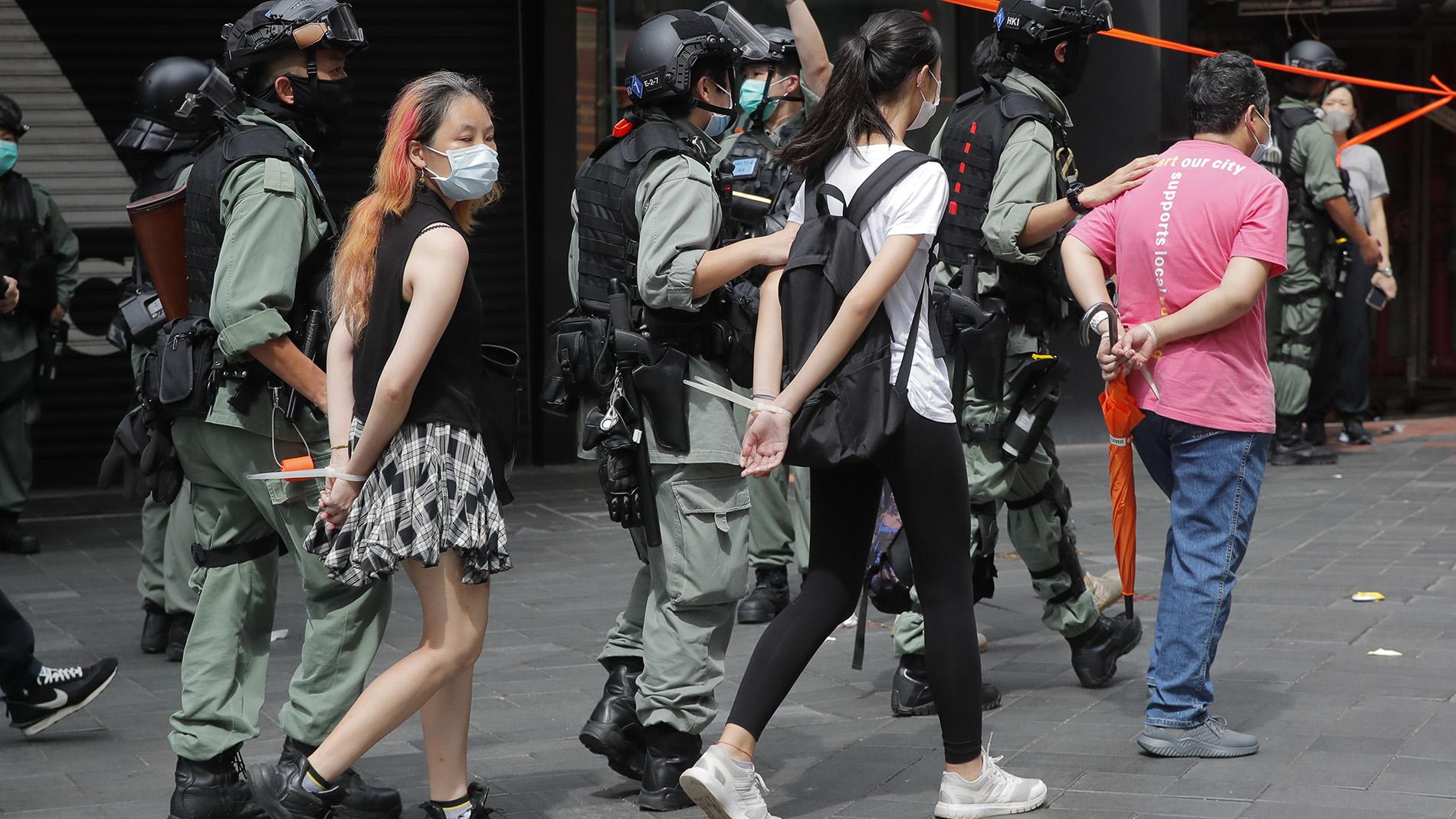 2020年7月1日,香港警察逮捕示威者。(美联社)