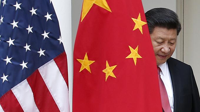 美中两国国旗与中国领导人习近平(美联社)