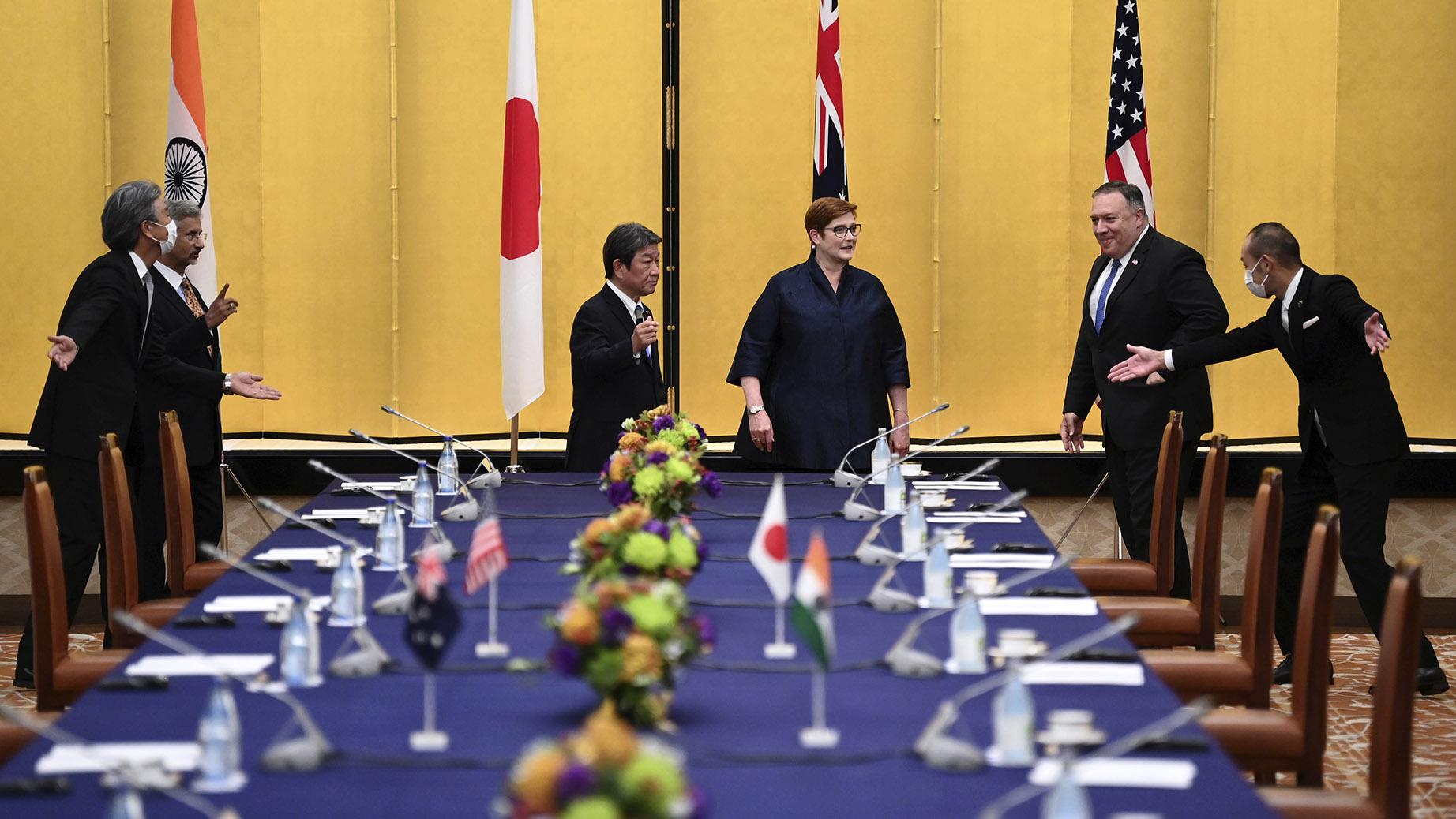 美国国务卿蓬佩奥(右二)参加东京印太四国会谈。(美联社)