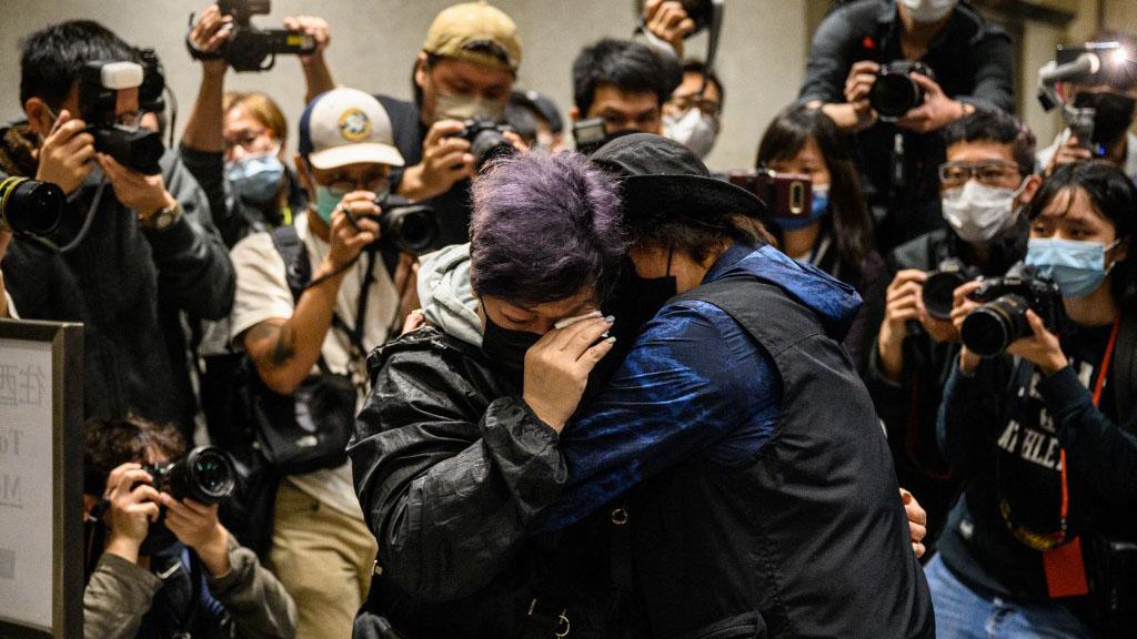 """香港47名发起或参与2020年民主派初选人士被控违反《港区国安法》,以""""串谋颠覆国家政权罪""""遭逮捕起诉。(AFP)"""