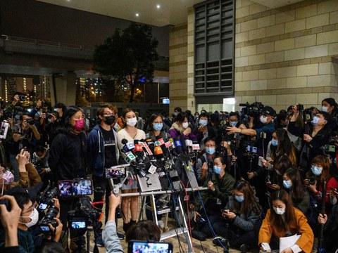 """香港47名发起或参与2020年民主派初选人士被控违反《港区国安法》,以""""串谋颠覆国家政权罪""""遭逮捕起诉。"""