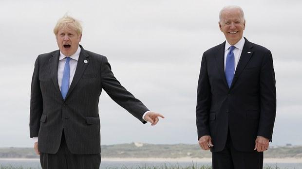 美国总统拜登(右)日前与英国首相约翰逊签署了《新大西洋宪章》。(AP)