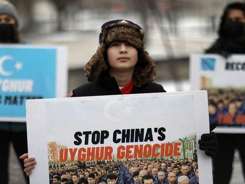 """加拿大众议院22日以266票压倒性地通过了中国对待维吾尔族方式是""""种族灭绝""""的动议案。图为,2021年2月21日,抗议者在渥太华的议会外,呼吁政府承认中国对维吾尔的种族灭绝。"""