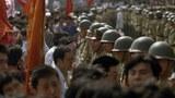 1989年6月3日下午在北京天安门广场附近对峙的市民学生与中国军人