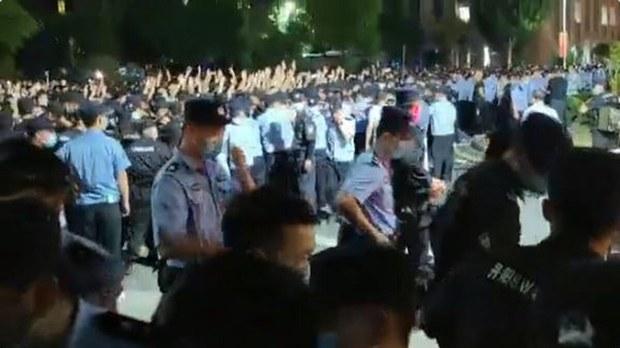 2021年6月7日,网传视频显示,学生们高举标语、横幅,群情激愤,集体呼喊抗议口号。当局出动大量警车和警察镇压。