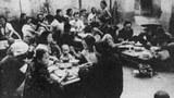 """图片:中共五十年代末的极左政策被认为是大饥荒的肇因之一。图片显示当时曾风行一时的人民公社""""公共食堂""""。(网络资料)"""