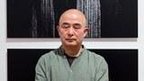 2015年2月20日晚間:劉霞攝影展上的廖亦武圖片和真人。(廖亦武提供)