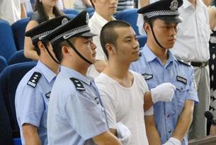 图片:2009年贵州居民何胜凯持刀进入遵义市中级法院行刺案。图为一审庭审现场。(中青在线图)