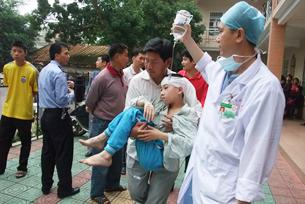 图片:2010年4月28日,广东雷州第一小学发生凶杀案,雷州病休教师刀砍16师生。图为受伤学生紧急送院。(齐鲁晚报图)