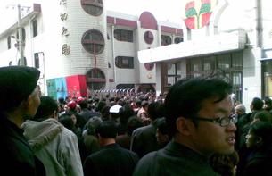 图片:2010年4月30日,山东潍坊小学血案,王永来锤杀学生并自焚。图为山东潍坊小学群众围观。(中国海峡网图)