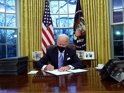 ཨ་རིའི་སྲིད་འཛིན་འཇཱོ་སྦཡེ་ཌེན་(Joe Biden)གྱིས་བཀོད་རྒྱར་མཚན་རྟགས་སྐྱོན་བཞིན་པ། ༠༡།༢༠།༢༡