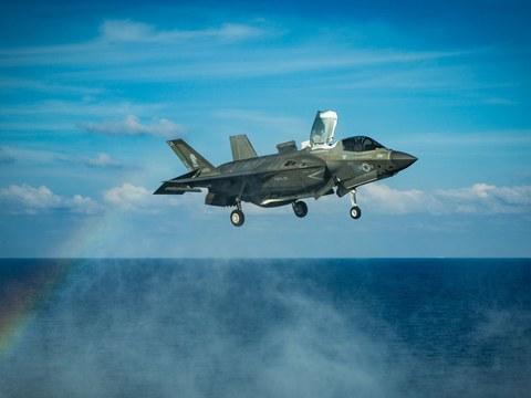 Amérika déngiz armiyisi F-35B chaqmaq II küreshchi ayropilani jenubiy déngizdiki uchush supisigha qonushqa teyyarliq qilmaqta. 2020-Yili 18-aprél.