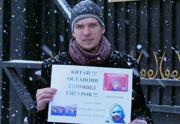 Rus-paaliyetchisi-aleksey-kazakof-moskwadiki-xitay-elchikhanisi-aldida-namayish-1.jpg
