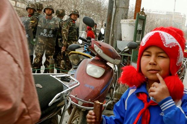 xitay-herbiy-kocha-charlash-uyghur-qiz.jpg