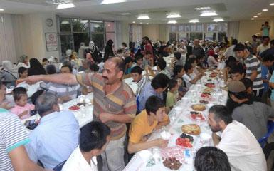 Uyghurlarning iptar ziyapitidin körünüsh. 2011-Yili 28-awghust, istanbul.