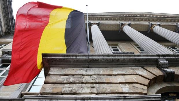 Белгийә парламенти алдиға есилған белгийә байриқи. 2016-Йили 24-март, бирюссел.