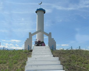 Emgekchiqazaq-nahiyisining-Lavar-yezisida-qoyulghan-khatire-heykili-305.jpg