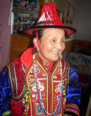 Sériq Uyghurlarning dangliq xelq dastanchiliridin biri, 2005-yil 8-ay, sunan (qutlan fotosi)