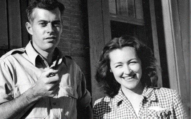 Amérikening ürümchide turushluq mu'awin konsuli doglas makérnan ayali péggy parkér bilen. 1947-Yili, ürümchi.