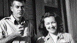 ئامېرىكەنىڭ ئۈرۈمچىدە تۇرۇشلۇق مۇئاۋىن كونسۇلى دوگلاس ماكېرنان ئايالى پېگگي پاركېر بىلەن. 1947-يىلى، ئۈرۈمچى.