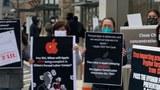 Amérika Uyghur birleshmisi alma mehsulatlirini mexsus sétish dukinining aldida namayish ötküzdi