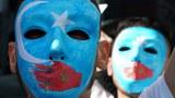 uyghur-namayish-maska-kok-bayraq.jpg