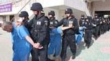 """Yépiq terbiyelesh lagéri"" din yalap élip kétiliwatqan Uyghurlar."