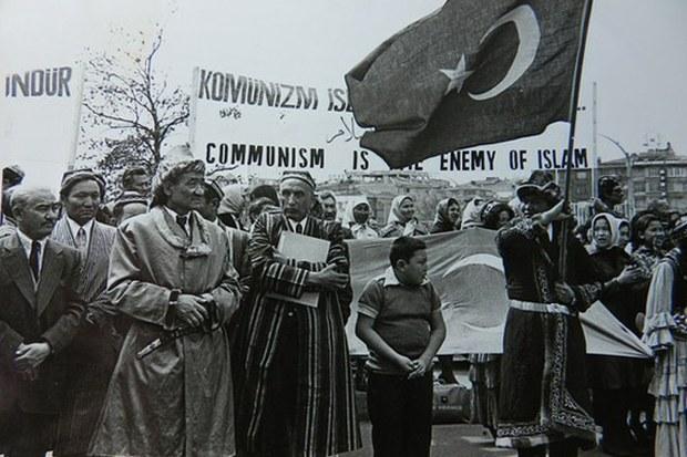 eysa-yusup-alptekin-istanbul-azatliq-radiosi-namayish.jpg