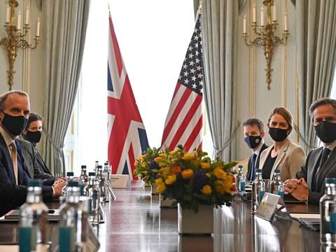 Әнгилийә ташқи ишлар министири доминик раб (л) вә америка ташқи ишлар министири антоний биллинкен G7 йиғинида икки тәрәплик учришиштин бурун сүрәттә. 2021-Йили 3-май, лондон.