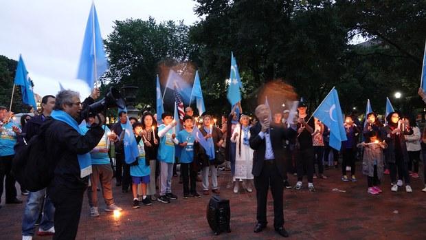 Uyghur diyaridiki chékige yétiwatqan milliy zulum we basturushqa naraziliq bildürüsh hemde uni aq saraygha biwasite anglitish üchün amérikidiki bir qisim Uyghur jama'iti amérika Uyghur birleshmisining uyushturushi bilen aq saray aldida ötküzülgen kechlik namayishtin körünüsh. 2018-Yili 22-iyun, washin'gton.