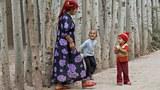 uyghur-ayal-baliliri-bilen.jpg