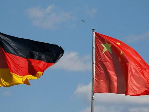 Хитай баш министири ли кечяң берлинға келиштин бурун есилған германийә вә хитай дөләт байрақлири. 20217-Йили 31-май, германийә.
