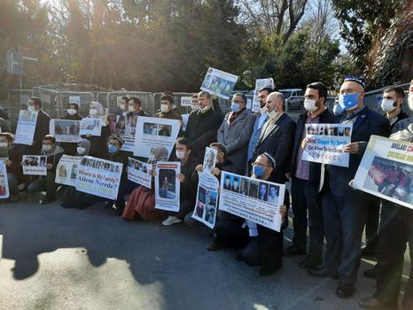 Istanbuldiki xitay konsulxanisi aldigha toplan'ghan Uyghur yashliri tutqundiki a'ile tawabi'atliri heqqide éniq jawab élishni kütmekte. 2020-Yili dékabir, türkiye.