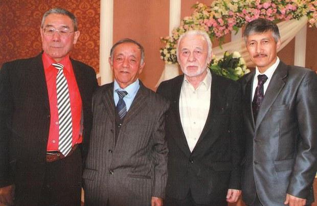malik-sadirof-almata-uyghur-ziyalilar-2012.jpg