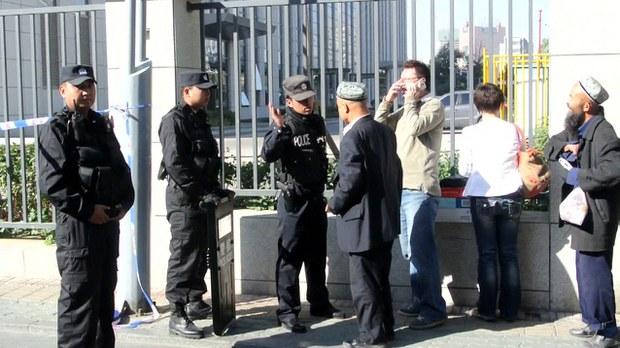 sot-mehkimisi-uyghur-saqchi.jpg