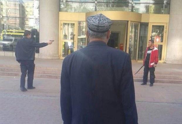 uyghur-baqqal-saqchi-oq.jpg