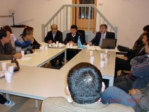 Süret, 31 - öktebir yekshenbe küni gollandiyide turuwatqan muhajir uyghurlar dunya uyghur qurultiyining yawropadiki wekili memet toxti ependi bilen söhbettiki körünüshi.