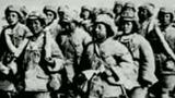 «خىتاي خەلق ئازاتلىق ئارمىيەسى»»نىڭ ھەربىي فورمىسى كىيىندۈرۈلۈپ، 1955-يىلى ئۇيغۇر رايونىغا يەرلەشتۈرۈش ئۈچۈن ئېلىپ كېلىنگەن شاڭخەيلىك پاھىشە ئاياللاردىن تەشكىللەنگەن ئالاھىدە قىسىم. (مەنبە: ئۇيغۇربىز تورى)