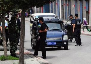 Urumqi-xitay-saqchiliri-Uyghur-mehelliside-tekshurush-305.jpg