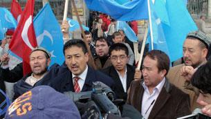 Сүрәт, 2010 - йили 10 - айниң 9 - күнидики хитай баш министири вен җйабавға қарши истанбул шәһиридә елип берилған намайишлардин көрүнүш.