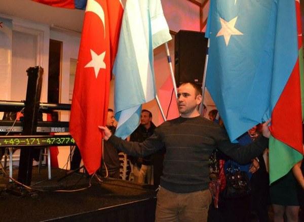 turk-oglu-can-bey-ning-turk-dunyasi-paaliyetliride-bayraq-sevdalighidin-korunushler-1.jpg