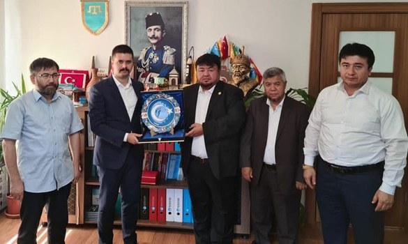 Istanbulda pa'aliyet élip bériwatqan Uyghur wekilliri déniz güzelay ependi bilen uchrashti. 2021-Yili 25-awghust, enqere.