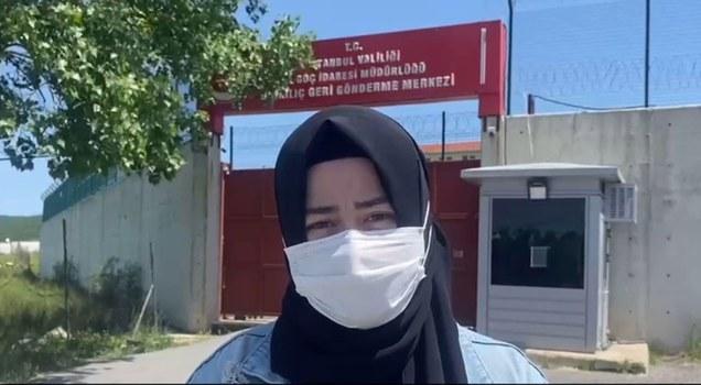 Nurzat abdujélilning ayali reyhan abduraxman binkilich qayturuwétish merkizining aldida erini saqlimaqta. 2021-Yili 25-may, türkiye.