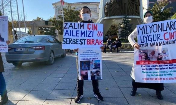 Türkiye saqchiliri istanbulda tuyuqsiz öyige bésip kirip, tutup ketken abdushükür abdulbasit namayishida. 2020-Yili noyabir, türkiye.