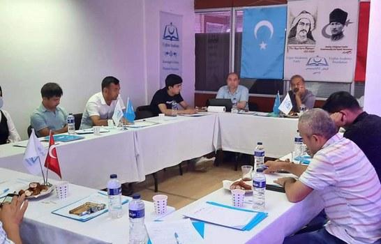 Uyghur akadémiyisi yash tayanch küchlerning muzakire yighinidin körünüsh. 2021-Yili 11-iyul, istanbul.