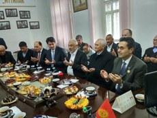 kamil-qollabash-uyghur-helqi-uchun-dua-qilmaqta.jpg